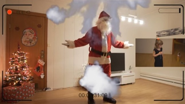 Баща засне с камера появата на Дядо Коледа, за да докаже съществуването му (видео)