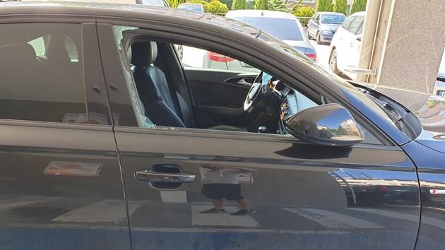 Строшиха стъклото на луксозен автомобил заради спиране на инвалидно място