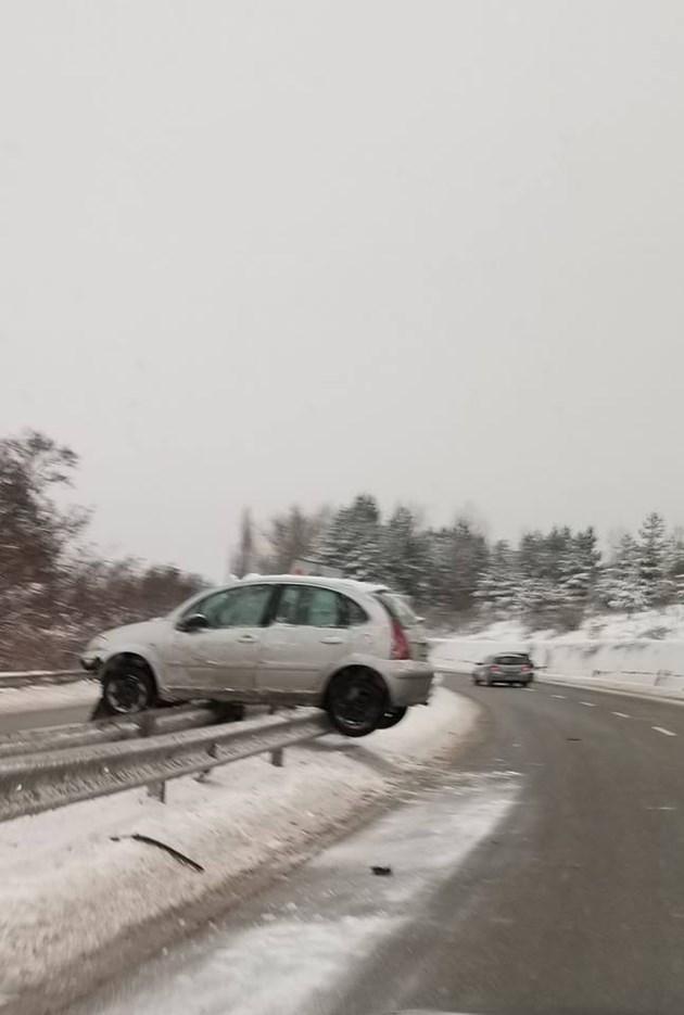 Кола се качи върху мантинела до Перник