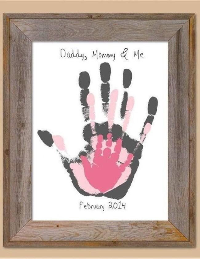 Направете отпечатъци на ръцете си и ги превърнете в семейна картина, която да окачите над креватчето.