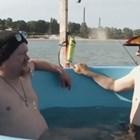 Финландски изобретател преплува 90 км в гореща вана (Видео)