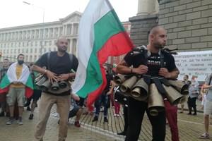 Протестиращи с чанове