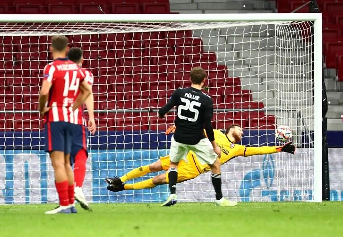 Томас Мюлер вкарва от дузпа за 1:1 в Мадрид.