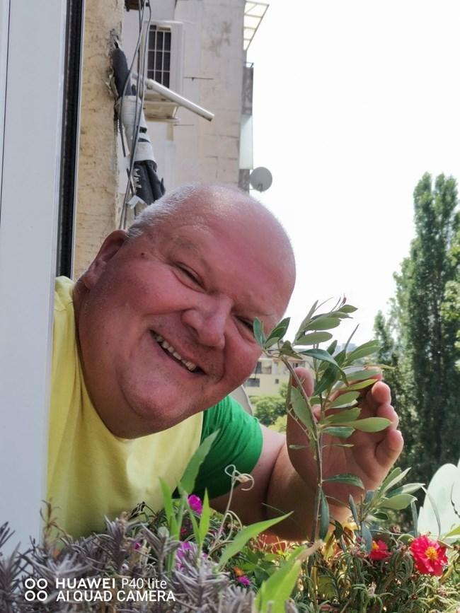 Венци Мартинов с някои от цветята в дома си СНИМКИ: ЛИЧЕН АРХИВ