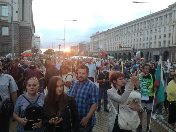 Протестиращите се местят към Орлов мост и БНТ. Снимки: Велислав Николов