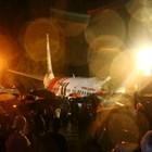 Най-малко 15 души са загинали в самолетната катастрофа в Индия (Снимки)