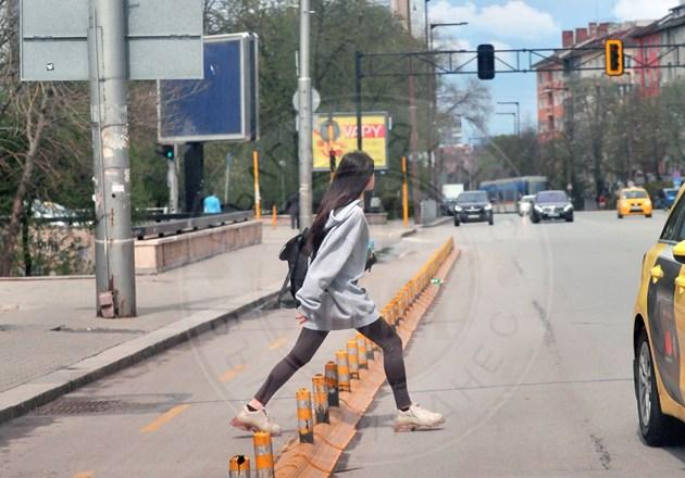 Млада актриса пресича на прескоци
