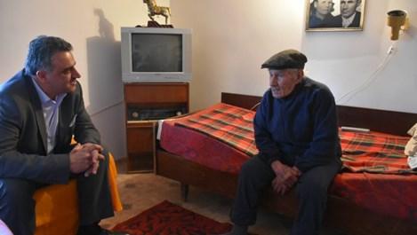 103-годишният бай Георги от село Бенковски не пие, но закусва попара с вино