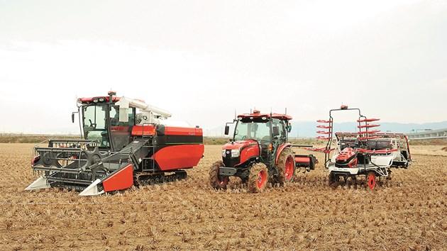 Първо изложение в Япония на автономни селскостопански машини - комбайн, трактор, оризов трансплантатор (от ляво на дясно)
