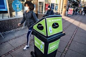 Още през ноември 2020 г. навсякъде във втория по големина град в Дания - Орхус, бяха поставени кошчета за отпадъци, предназначени само за еднократни маски. Всеки от контейнерите побира около 3000 маски.