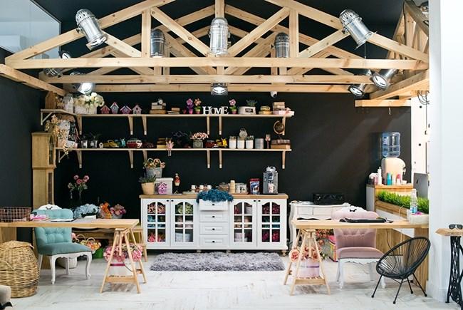 Студиото на Елена Карагьозова е уникално за света - на площ от 580 квадрата са построени няколко вида сетове, специални помещения за новородени, гардеробни, детски кът и т.н. В момента Ели и съпругът й работят по градината, която ще предложи още красиви фонове за снимките, както и забава за малките и големи гости на фотографката