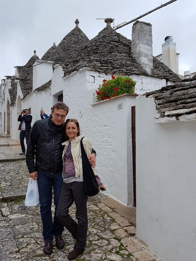 Емил със съпругата си Албена в италианския град Алберобело