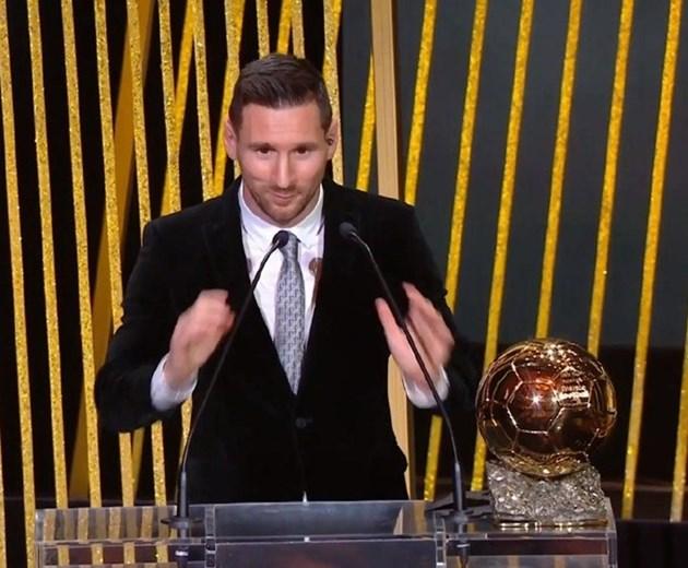 """Лионел Меси взе шестата си """"Златна топка"""" пред Стоичков в Париж"""