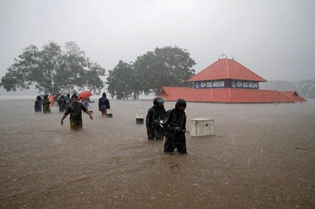 Наводнения в Индия отнеха живота на близо 100 души (Снимки)