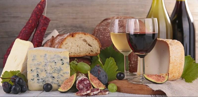 Избягвайте синьото сирене, колбасите и червеното вино, за да не ви боли глава. СНИМКА: ПИКСАБЕЙ