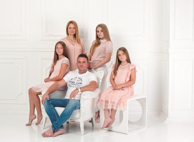 Елена, съпругът й Атанас Карагьозов и трите им дъщери - Ана-Мария, Ивайла и Андреа, снимки Елена Карагьозова