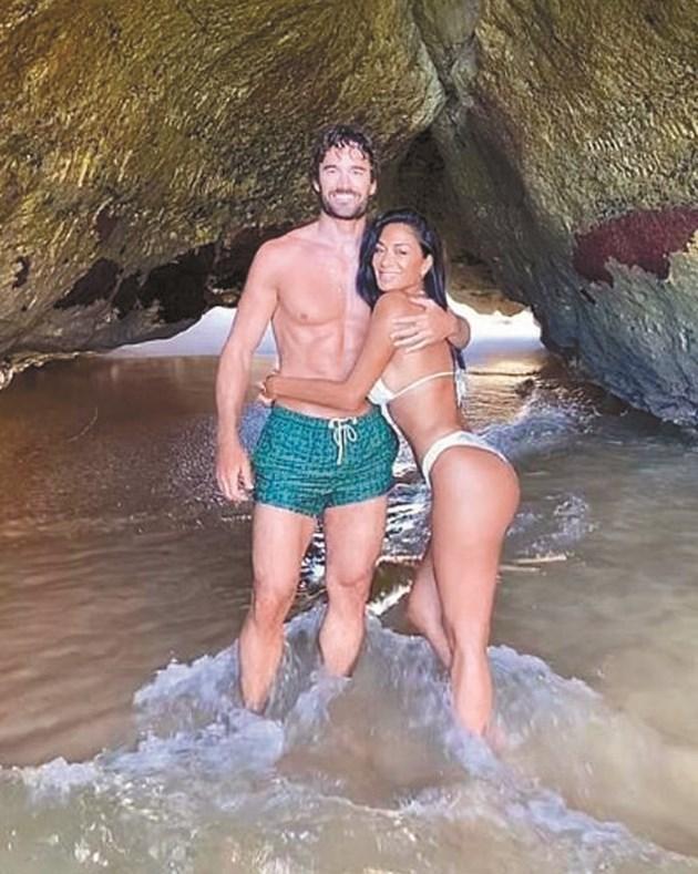 Никол и Том се радват на океана