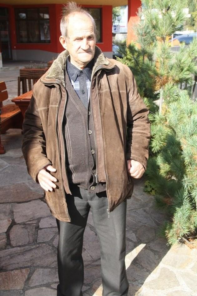Дядо Асен загубил съня си, защото за първи път в живота си има разправии с полицията и прокуратурата. По-добре да си умрем с бабата от студ, казва той. Снимки: Авторът