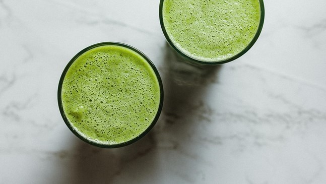 Имуностимулираща напитка с авокадо, спанак и магданоз