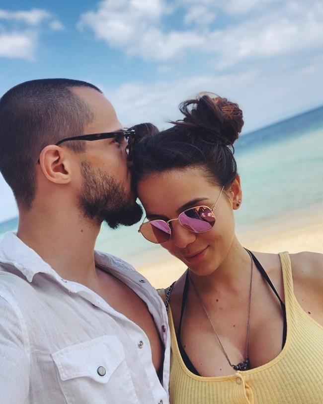 Наум Шопов и бременната му приятелка Теа, разхождайки се по гръцки плаж.