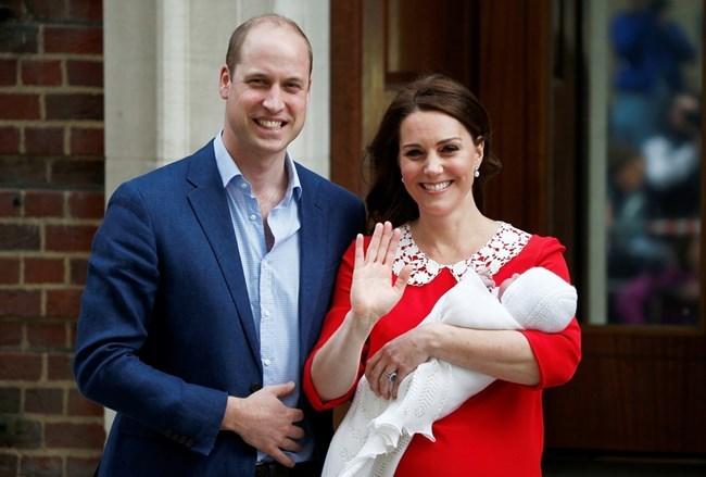 Херцогът и херцогинята на Кеймбридж излизат от болницата с третото си дете - принц Луи