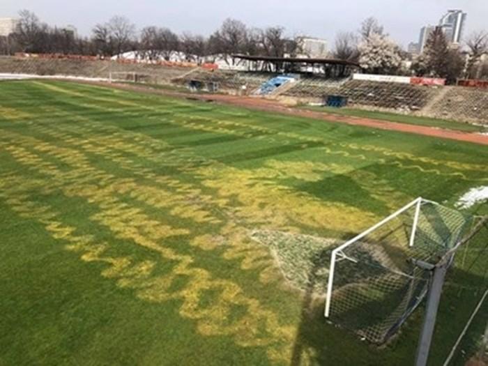 Само преди 2 месеца тревата на терена бе залята с пестициди - тогава щетите бяха оценени на около 50 хиляди лева, а сега ремонтът вероятно ще струва двойно повече