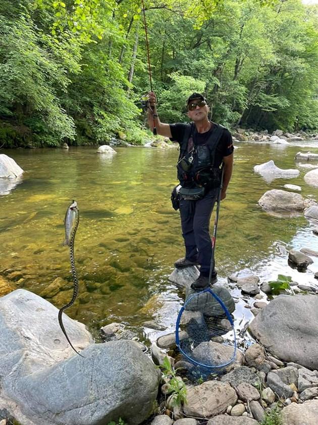 Рибар улови риба и змия наведнъж