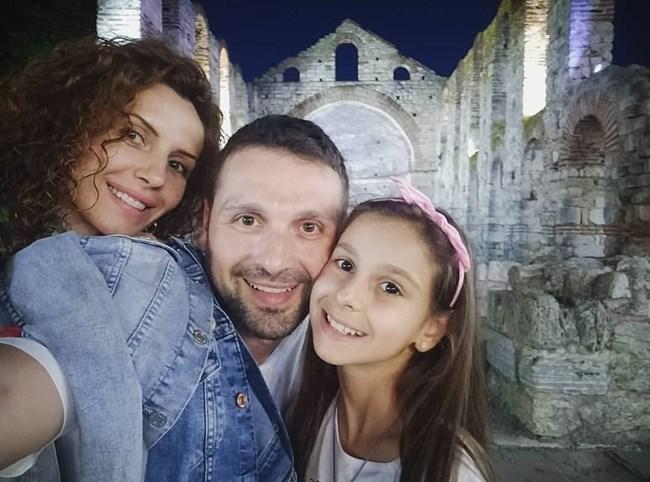 Александър Сано със съпругата си Нели и дъщеря им Ава в Стария град в Несебър