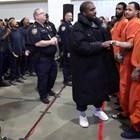 Кание Уест с изненадващ концерт в затвор в Хюстън (Снимки и видео)