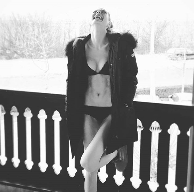 Сияна се пуска без дрехи