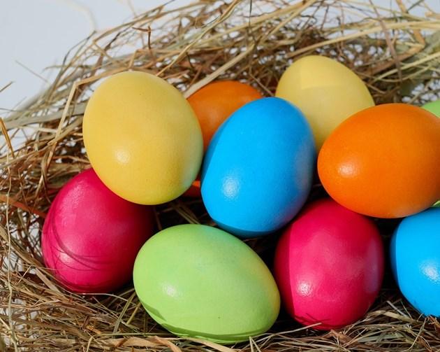 Е-та в козунаците и боите за яйца
