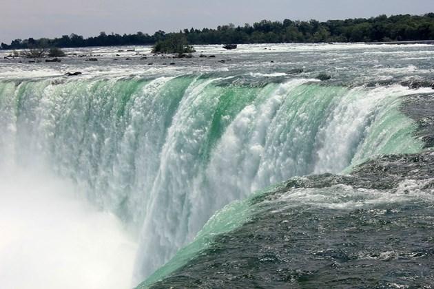 Мъж скочи във водите на Ниагарския водопад, оцеля