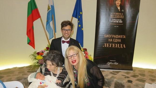 Стоянка Мутафова гушна най-малкия си почитател - бебе на месец и три дни в Пловдив