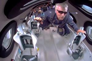 Милиардерът Ричард Брансън в безтегловност на борда на космическия си самолет