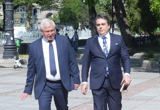 Единствено във финансовото министерство се състоя брифинг при предаването на поста от страна на досегашния министър Кирил Ананиев на новия Асен Василев.