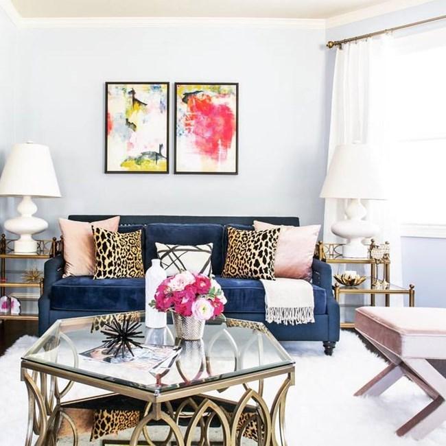Синьото се комбинира добре, а диван в този цвят може да се превърне в централен елемент от дневната