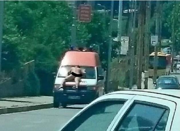 Гол мъж се вози върху линейка