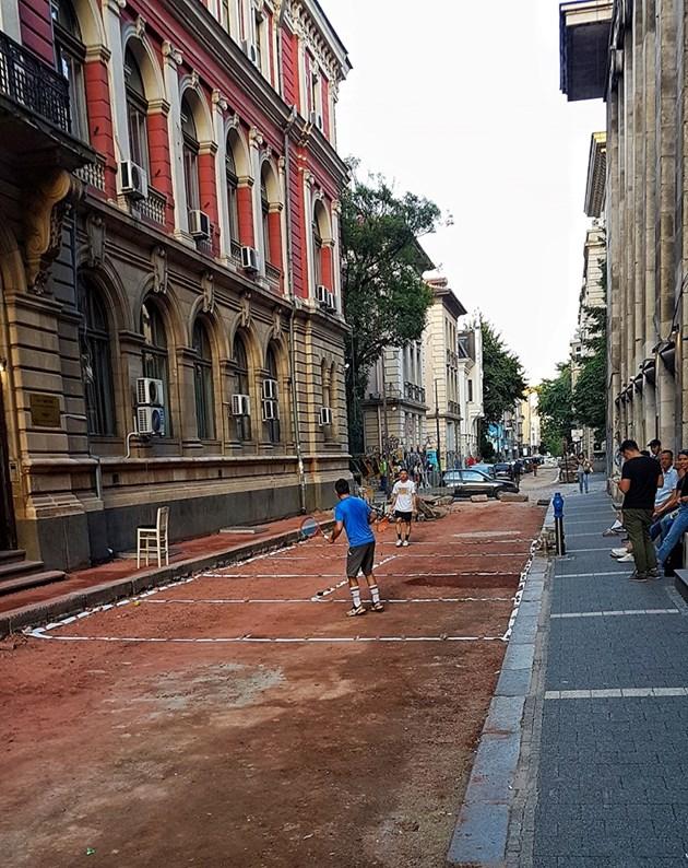 Улица в центъра на София стана тенис корт