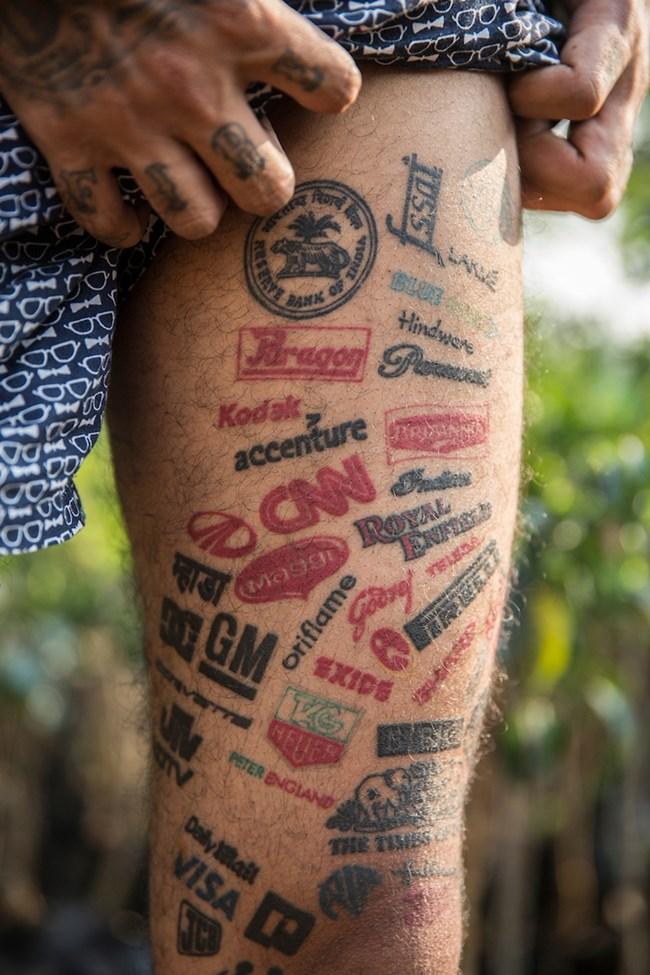 """25-годишният индиец Джейсън Джордж има над 400 татуирани марки на компании, сред които """"Пума"""", """"Пирели"""", """"Гугъл"""" и редица други."""