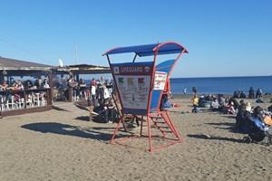 Всички заведения по крайбрежната алея се напълниха още по обед.