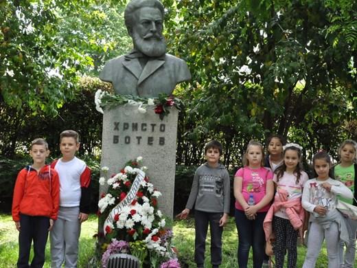 Бургазлии се преклониха пред подвига на Ботев (Снимки)