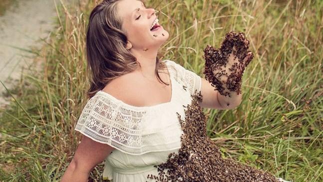 Бременна жена позира с 20 хиляди живи пчели за безумна фотосесия