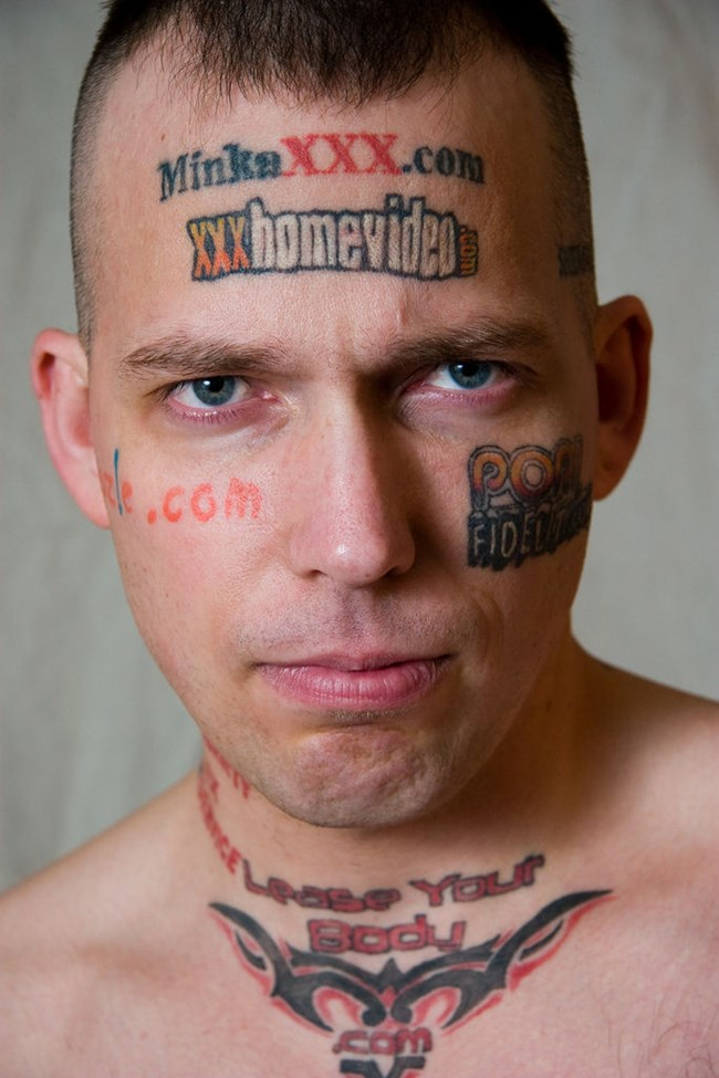 Били Гиби, известен като Човешкия билборд, отдава тялото си за рекламни татуировки от 2003 г., като до момента е изкарал над 100 хил. долара печалба.