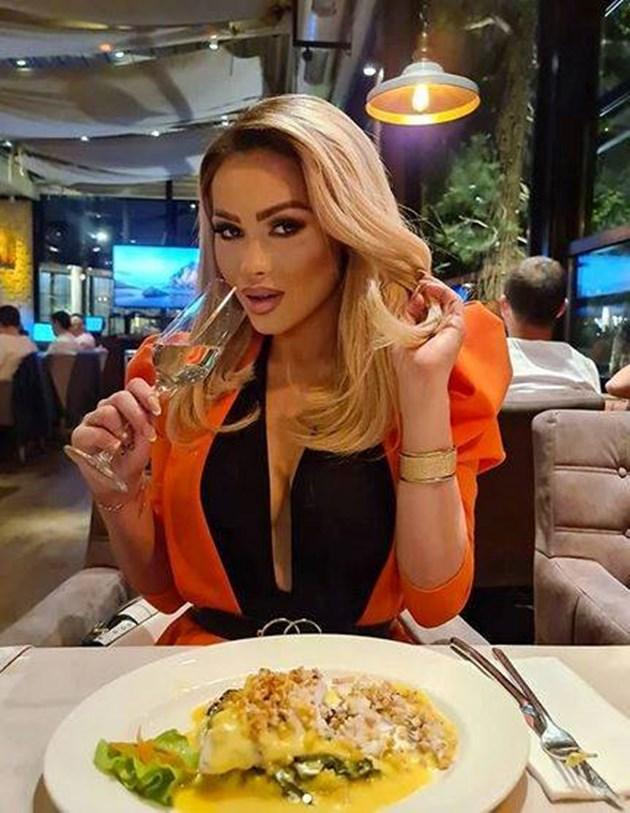 Нора Недкова изяде нещо жълто