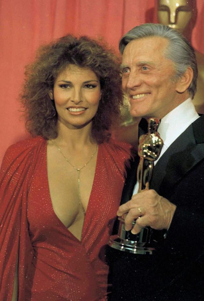 Кърк Дъглас с актрисата Ракел Уелч на наградите Оскар в Лос Анджелис, Калифорния на 3 април 1978 г..