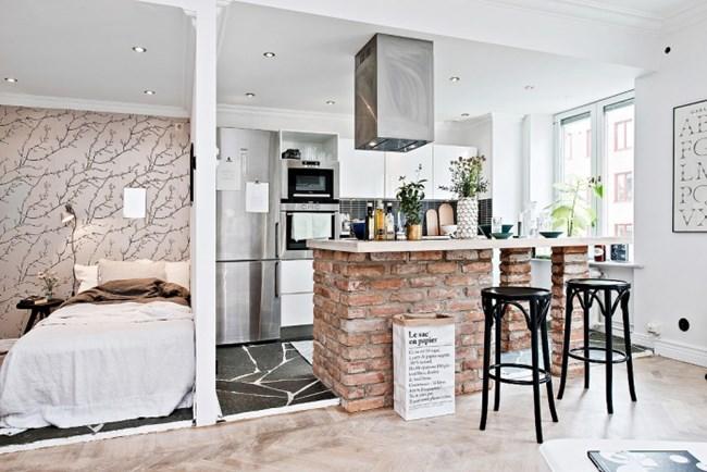 Барът между кухнята и дневната зона е едновременно работен остров и място за хранене