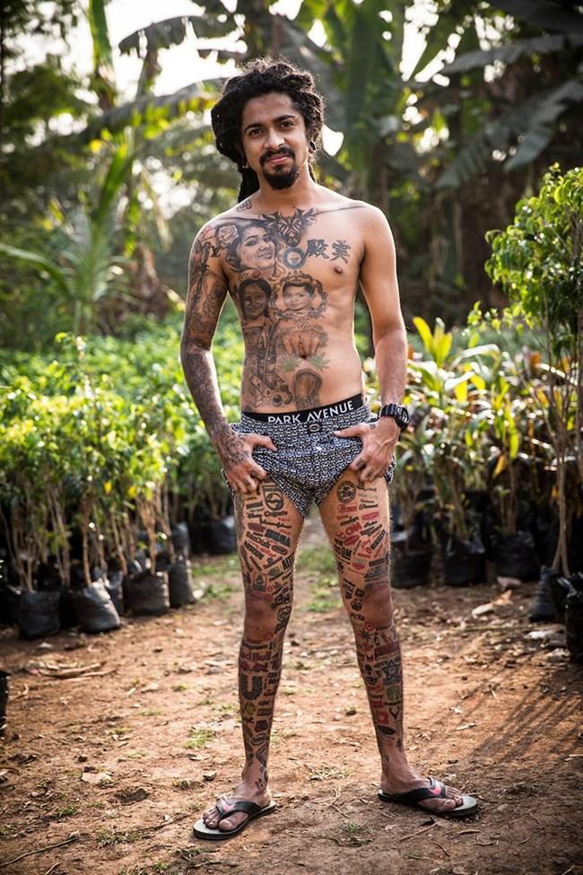 """Индиецът Джейсън Джордж рекламира стотици известни компании на краката и гърба си, без да иска пари в замяна. Той се опитва да постави рекорд на """"Гинес"""" за човек с най-много татуирани марки по себе си."""