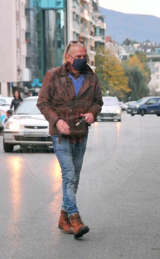 Ники Сотиров с маска и в колата