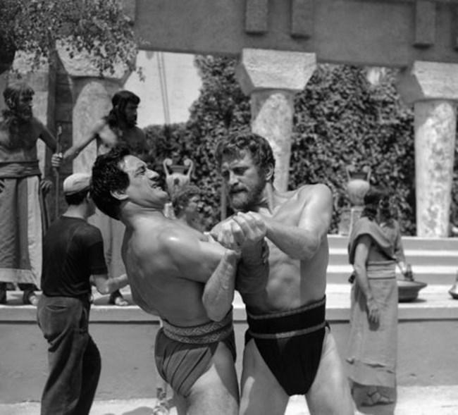 """Умберто Силвестри и Кърк Дъглас в сцена от """"Одисей"""" на 12 юли 1953 г. в Рим."""