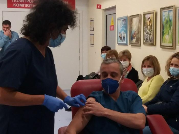 Първите петима медици бяха ваксирирани между 10 ч. и 10,30 ч. тази сутрин.
